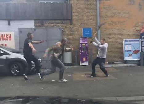 英一加油站发生械斗 一人被对方持锨拍头