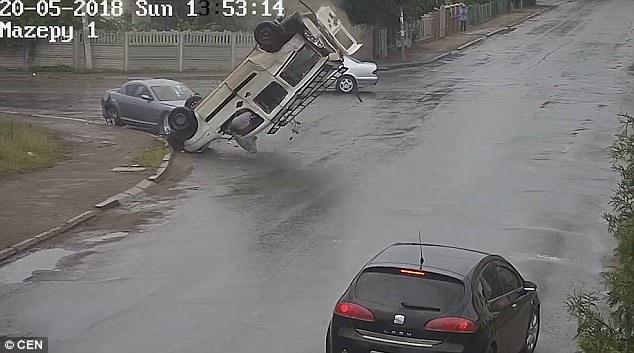 不可思议!乌克兰三汽车路口相撞车上人员均未受伤