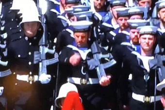 结婚都会比较紧张?王子婚礼上士兵步伐错乱