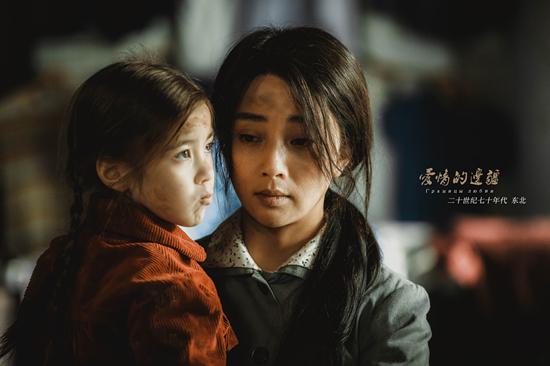 《爱情的边疆》殷桃曝中年剧照 散发母爱惹人怜
