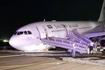 """前起落架故障 沙特一架客机""""头着地""""迫降"""