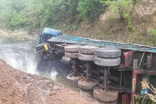 山西一运煤车被撞翻入河沟 消防紧急救援