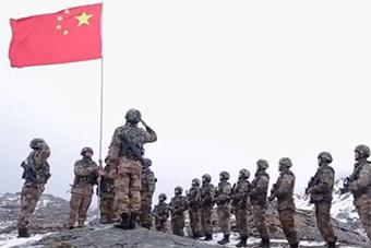 边防官兵执行特殊任务:中印边境升国旗宣誓主权