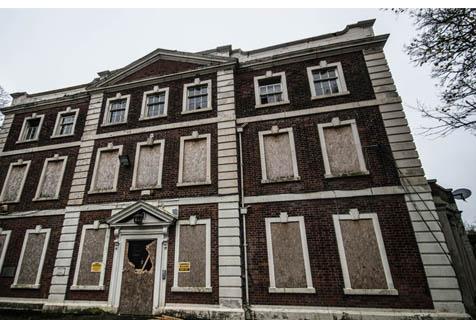 英豪宅荒废260年 阴森惊悚充满死亡气息