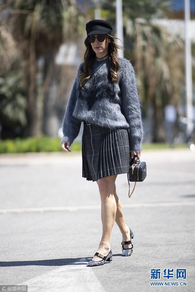 街拍:马海毛衣搭百褶短裙时尚