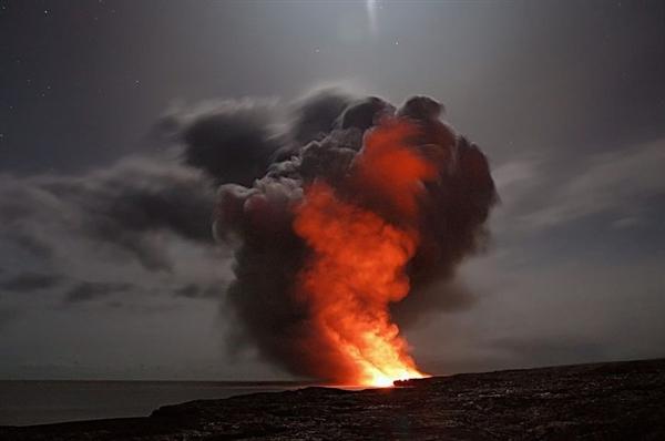 首次伤人 夏威夷基拉韦厄火山熔岩飞溅烫伤居民