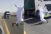 沙特一男子在驶来卡车前耍特技被警方逮捕