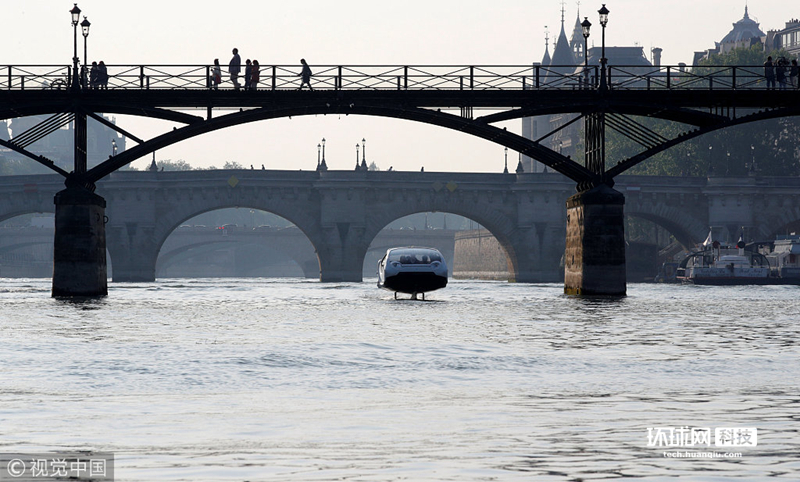 法国巴黎,Sea Bubbles公司在塞纳河上展示研发的Sea Bubble 水上出租车。