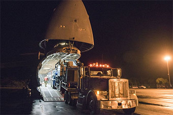 """美最大运输机送""""擎天柱""""卡车往夏威夷火山救援"""