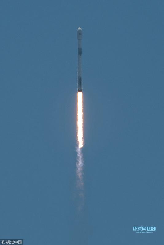 美国加州范登堡空军基地,美国太空探索技术公司(SpaceX)的一枚猎鹰9号火箭载着重力测量和气候实验卫星(GRACE-FO)成功发射升空。