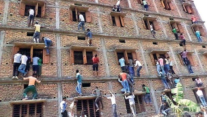 """印度考生备考""""累瞎眼睛"""" 亲友爬墙帮忙作弊"""
