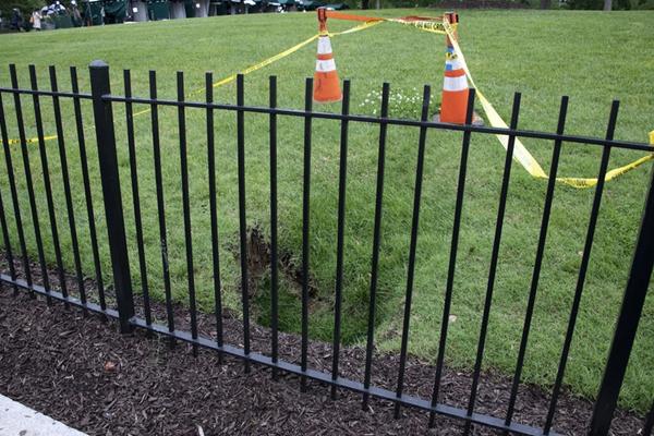 美国白宫北草坪惊现天坑 已设置安全警戒线