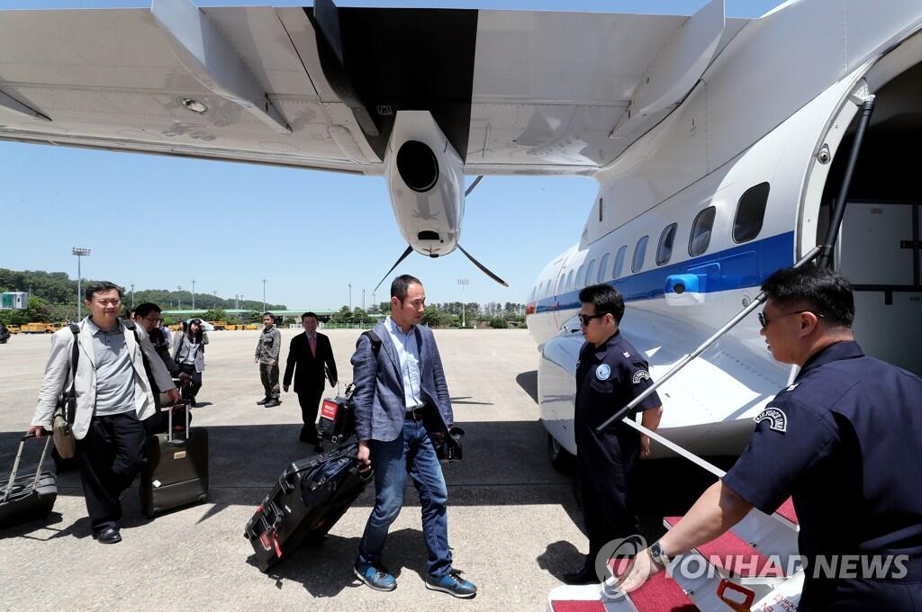 韩记者团乘机赴朝 韩军机首次飞向朝鲜上空