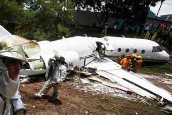 洪都拉斯一架飞机降落时滑出跑道 6名乘客受伤
