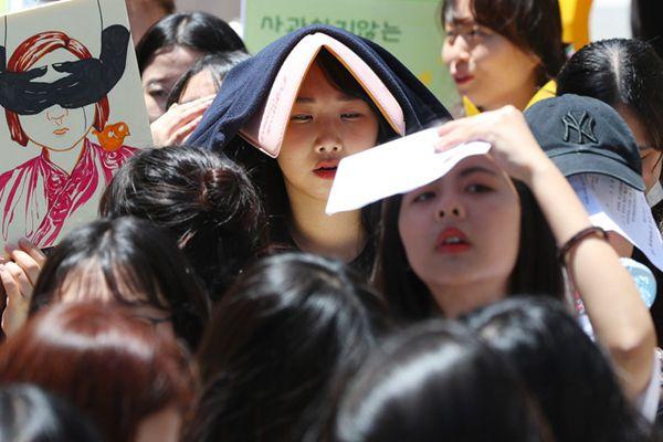 韩国学生顶烈日集会 要求日本就慰安妇问题道歉
