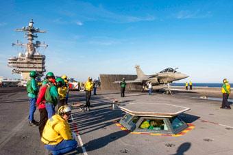 法国舰载机蹭美航母训练 网友:俄也可借辽宁舰