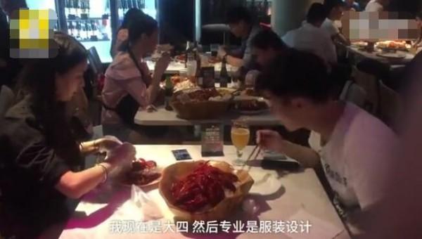 兼职剥小龙虾月入万元!老板:因为顾客忙着玩手机