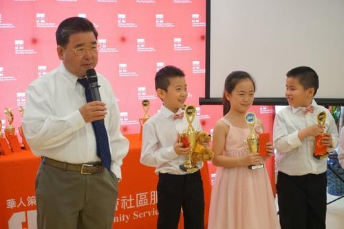 买教材、练发音 美国华裔家长盼子女传承中文