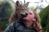 男子养狼遭邻居抱怨后搬家 转养混血狼