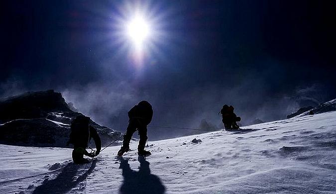 国外一网站在珠穆朗玛峰山顶埋32万元游戏福利