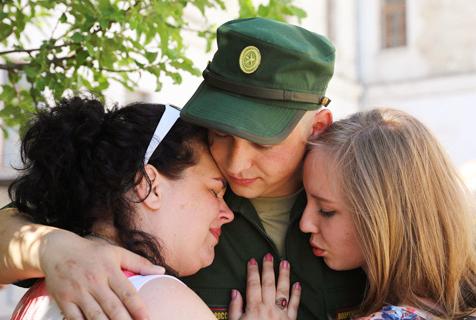 俄罗斯春季征兵入伍 士兵与家人惜别