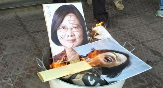 国民党台南党部遭查封 群众挂抗议布条烧蔡英文照片
