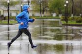 雨天跑步注意:选择不吸水袜 跑前充分热身