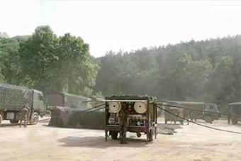 火箭军后勤部队野战加油站展开同时给4辆车加油