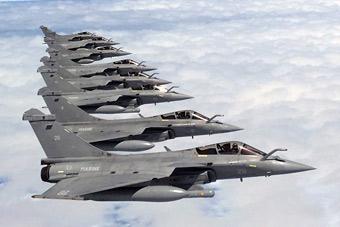 秀出新高度:法国航母舰载机空中列队