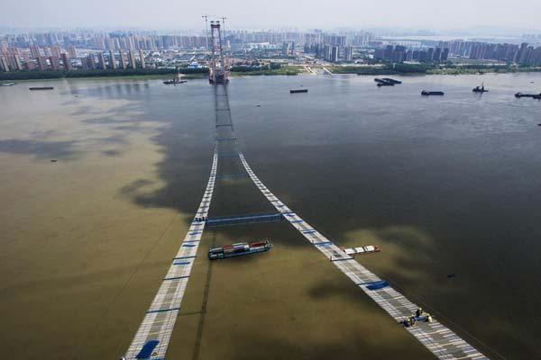 """长江上空架""""天梯"""" 武汉杨泗港长江大桥临时""""吊桥""""形成"""