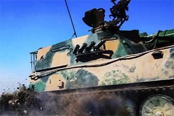 新疆军区全员额拉练备战展示实力