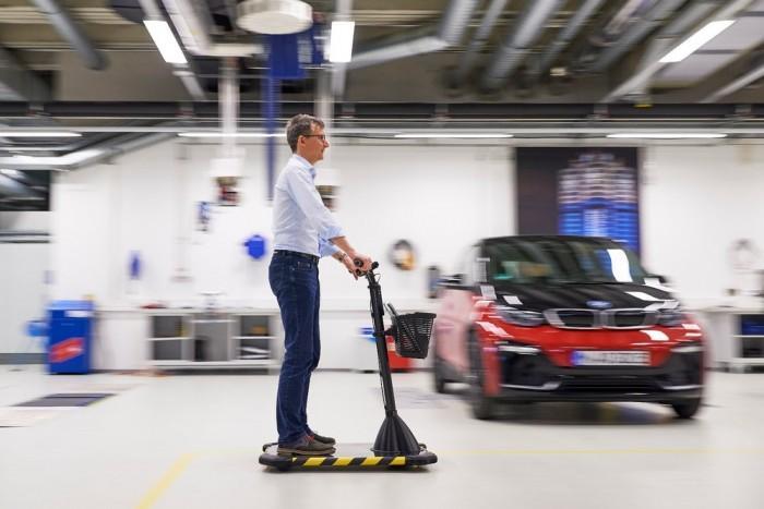 据外媒New Atlas报道,汽车工厂内部通常非常宽敞,工厂往往需要步行很远的距离。就宝马而言,一些员工每天可能需要步行12公里,并经常会随身携带零件。该公司正在探索一种新的工作场所移动方法,开发一种类似 Segway的私人车辆,让员工在工厂车间中快速穿行。
