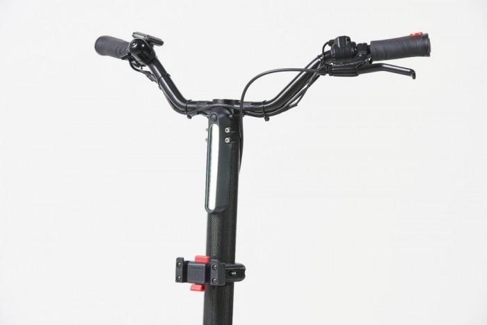 Personal Mover Concept可以通过普通插座充电,并配备了LED,其最高时速可达25公里/小时。这种最高速度可以在不同的环境下使用,而宝马工厂场地允许的最高速度仅为12公里/小时。
