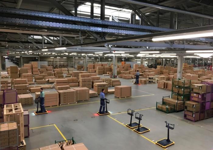 据外媒NewAtlas报道,汽车工厂内部通常非常宽敞,工厂往往需要步行很远的距离。就宝马而言,一些员工每天可能需要步行12公里,并经常会随身携带零件。该公司正在探索一种新的工作场所移动方法,开发一种类