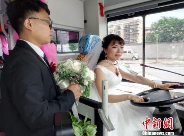 史上最霸气女车长!公交女车长穿婚纱开公车接新郎