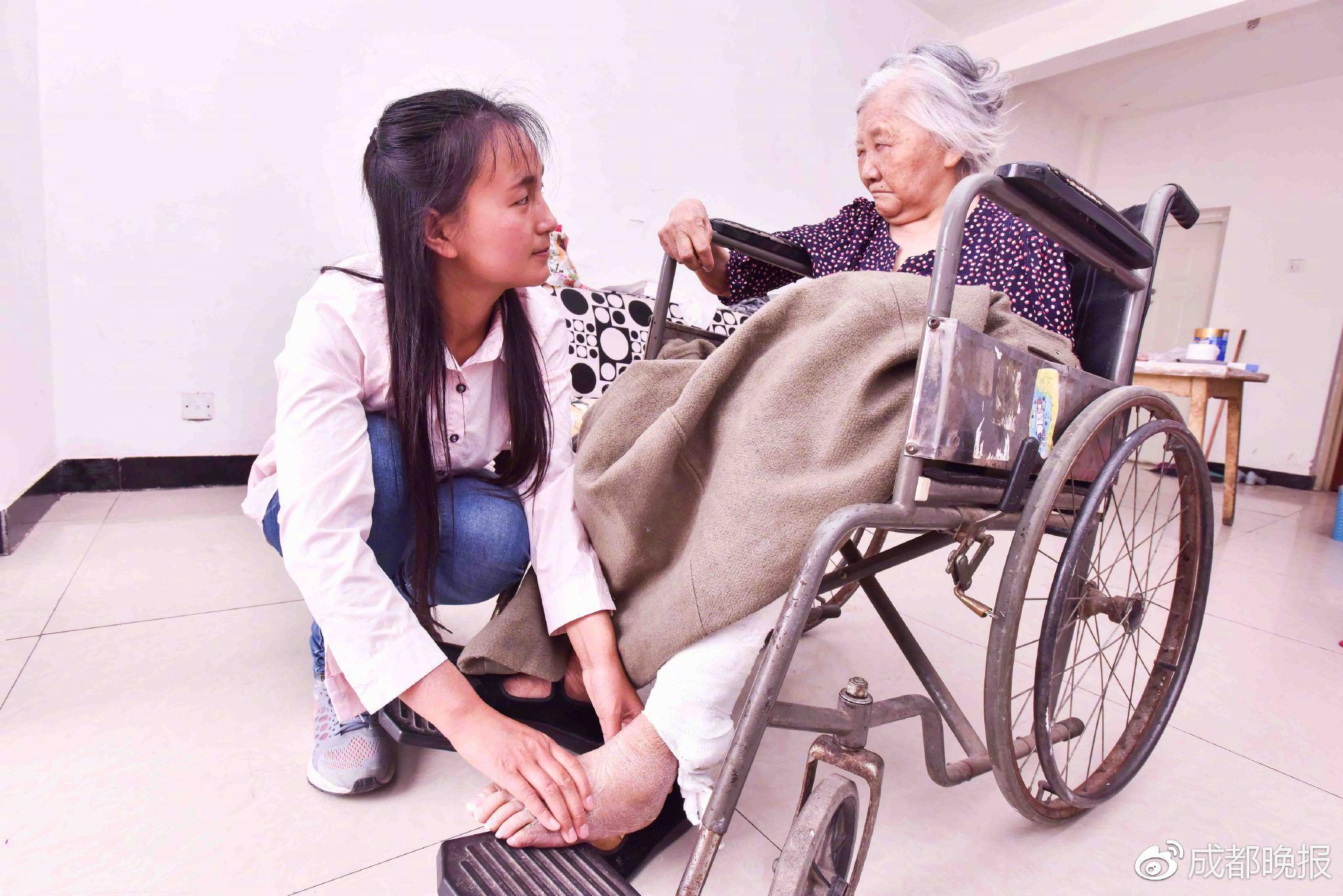 """成都95后""""孝心妹"""" 带着奶奶上大学!"""