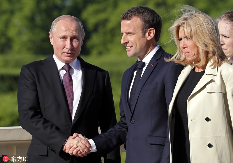 法国总统马克龙访俄 与普京举行会面