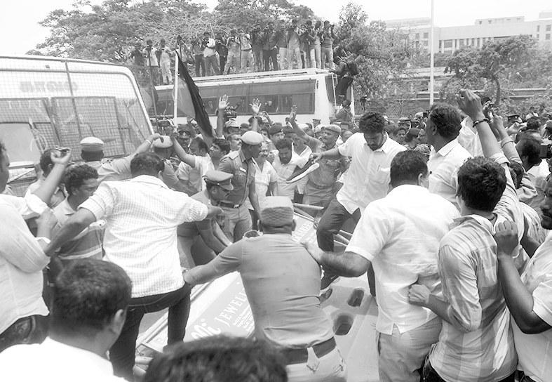 """印警方被指""""屠杀""""抗议民众,已致13人身亡"""