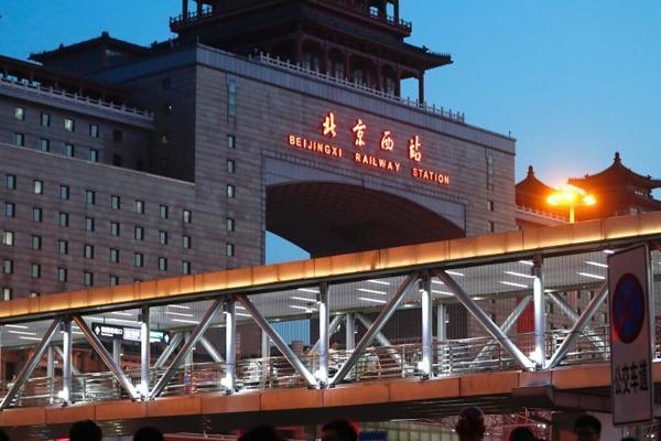 """北京站、北京西站站前过街天桥""""旧貌换新颜"""""""