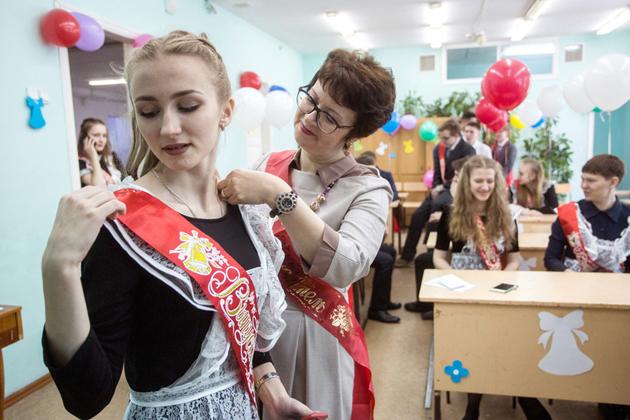 俄罗斯学生穿苏联时期校服庆祝毕业