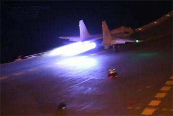 震撼!歼15舰载机在辽宁舰夜间起降画面曝光