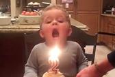 呆萌!美男童生日蜡烛吹不灭着急吃蛋糕