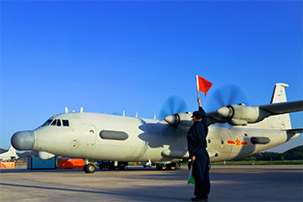 运8侦察机从辽东半岛机场起飞演练跟踪任务