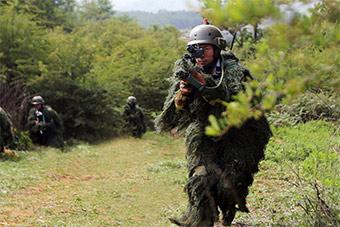 海军陆战队穿上吉利服进行特战训练