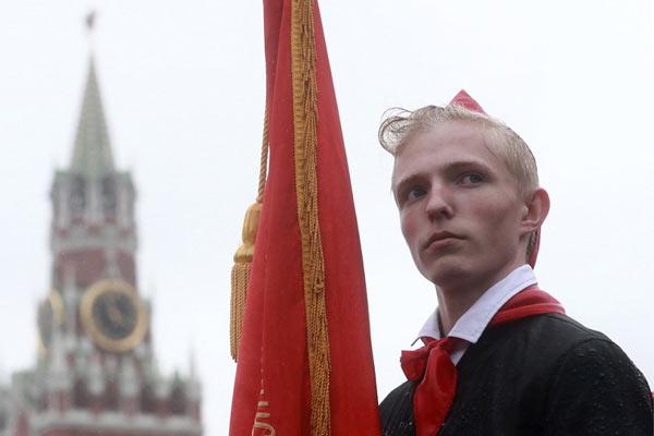 满满战斗气息!俄少先队员不畏大雨举行入队仪式