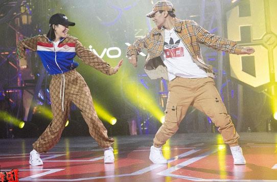 《热血街舞团》秦煜与宋茜跳双人舞害羞