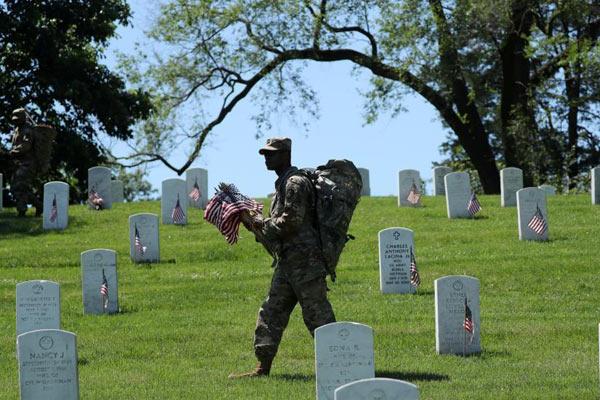 美阵亡将士纪念日临近 士兵向公墓放国旗