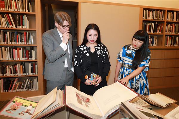 余晚晚受邀纽约访问大都会博物馆时装学院  与员工交流探讨认真专注很有范