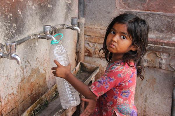 45度高温天横扫印度北部 女孩街头喝自来水降温