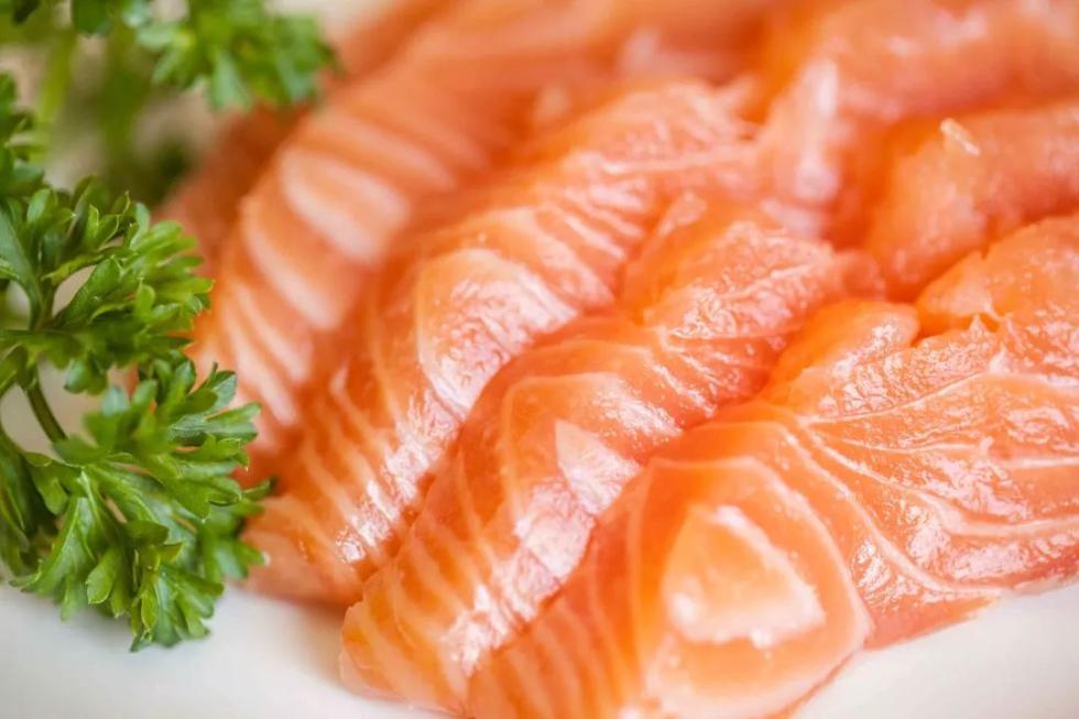 """最近很火的""""淡水三文鱼""""能不能生吃?看完吓一跳"""